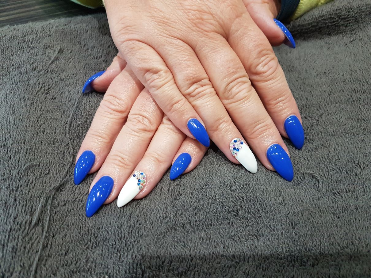 handa with white and blue nail art