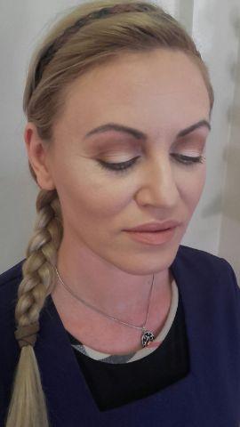 woman wearing light make up
